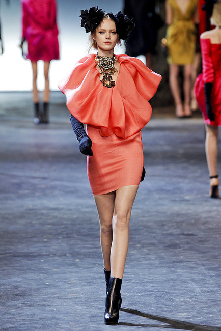 Google 画像検索結果: http://www3.images.coolspotters.com/photos/692370/lanvin-fall-2011-rtw-coral-dress-gallery.jpg