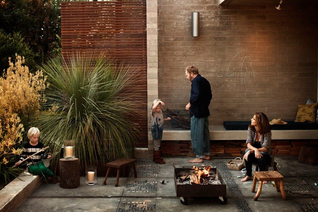 Modern Family Backyard with Grass Tree and Concrete Patio with Modern Firepit and Outdoor Seating, Gardenista.jpg 641×427 ピクセル