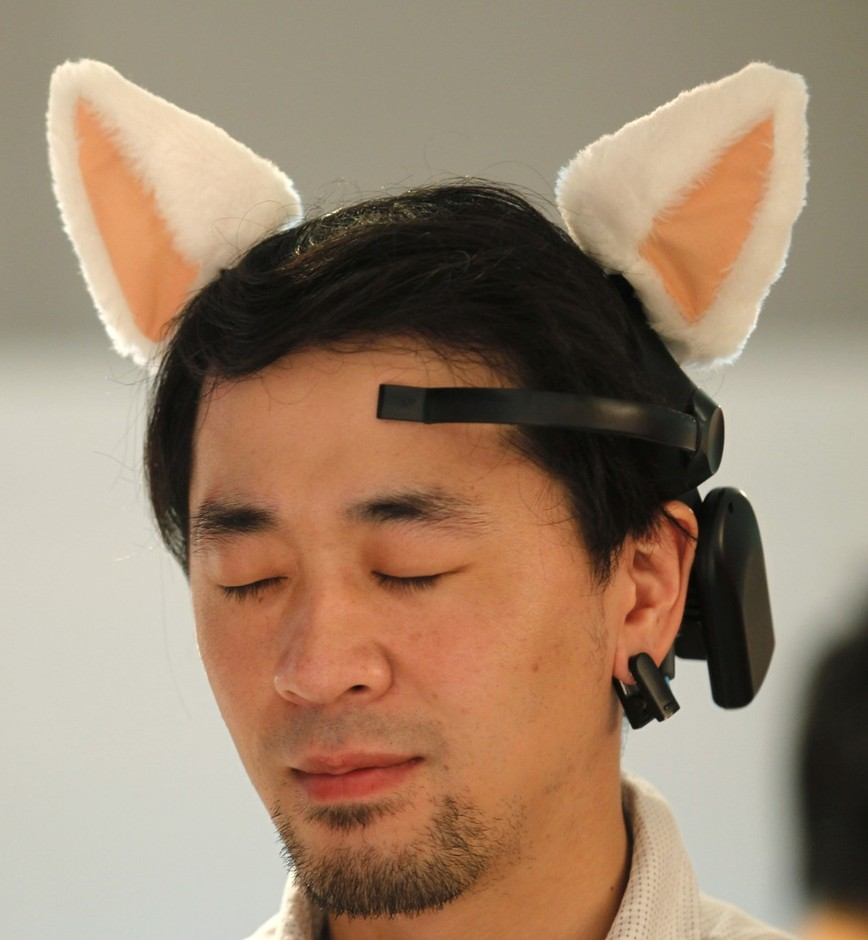 97756-a-visitor-tries-on-japanese-research-project-team-nerowears-necomimi.jpg 950×1029 ピクセル