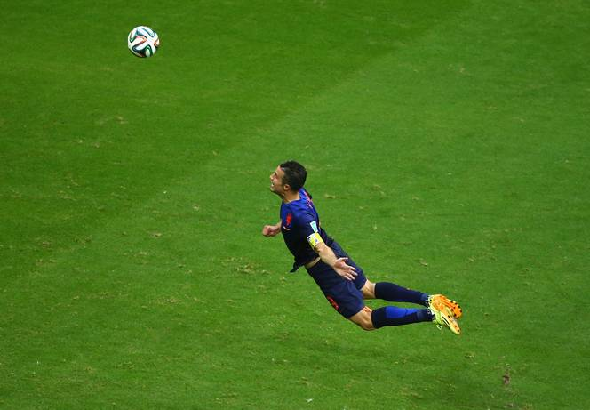 720p-Netherlands Spain Robin van Persie flying.jpg 664×461ピクセル