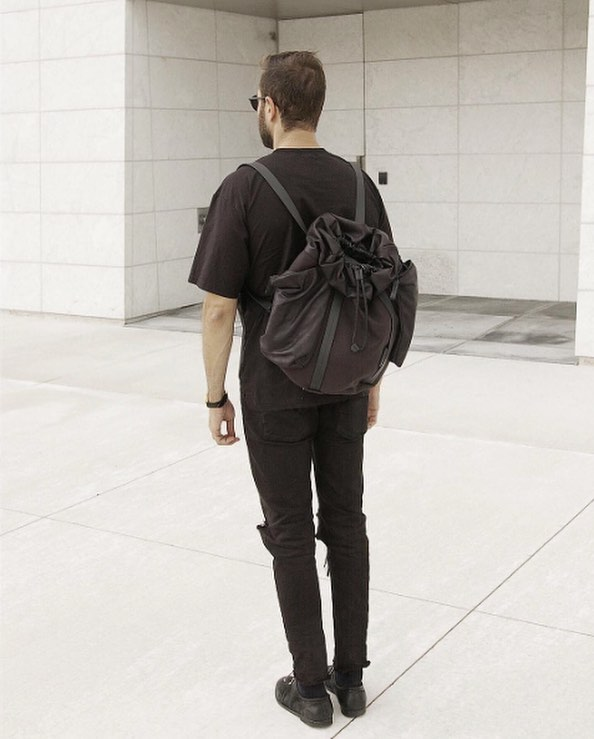 côte&cielさんはInstagramを利用しています:「Feel the scrunch. Not all côte&ciel rucksacks are exercises in minimalism. Pictured here is the artfully disheveled Saar in waxed black…」