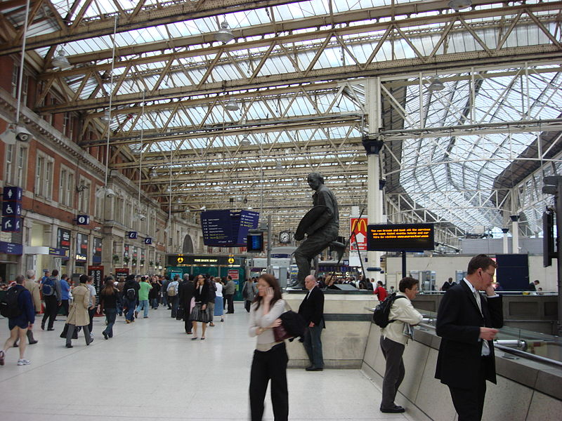 ファイル:Waterloo Station concourse.jpg - Wikipedia