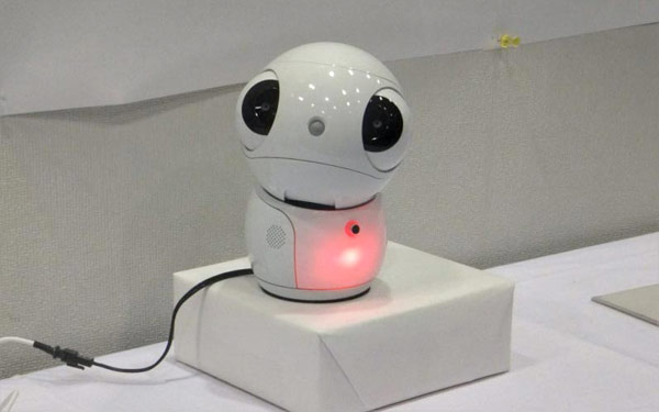 Toshiba's ApriPetit portable robotic interface solves household problems, melts your heart -- Engadget