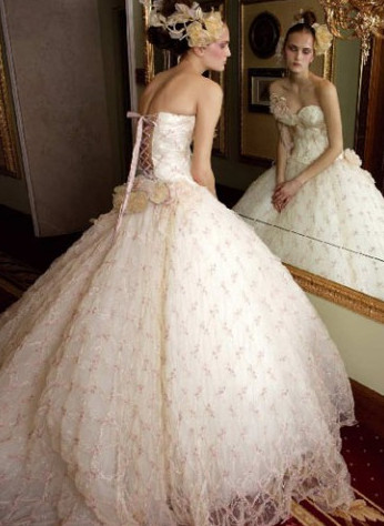 Google 画像検索結果: http://www.dresses2buy.com/wp-content/uploads/2011/01/Vintage-big-full-wedding-dress.png