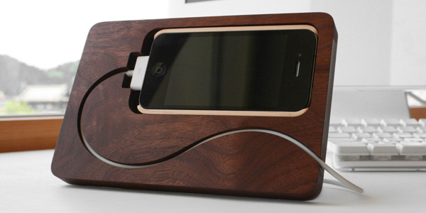 TrendsNow | BaseStation iPhone 4 Stand