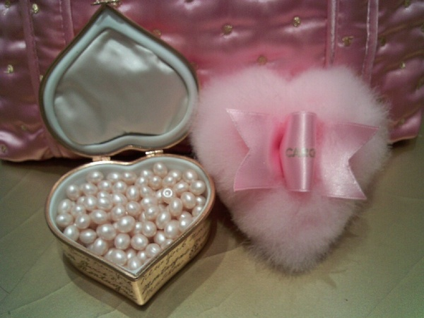 Boudoir affair / My CARON Lady Caron bath beads & heart-shaped puff