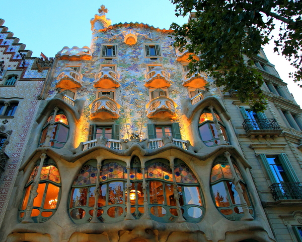 Barcelona - Gaudi Building, Il Battlo. - Worldisround photo