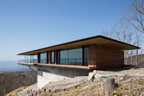 Mountainside home by Kidosaki Architects extends out into the sky