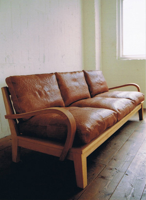 TRUCK|47. FURROWED-LEATHER OAK-FRAME SOFA 3-SEATER