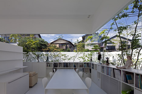 Floating fence wraps house and doll-making studio by UID Architects