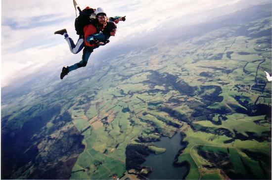 Google 画像検索結果: http://images.travelpod.com/users/janeglover/round_the_world.1057652280.jg_sky_dive.jpg