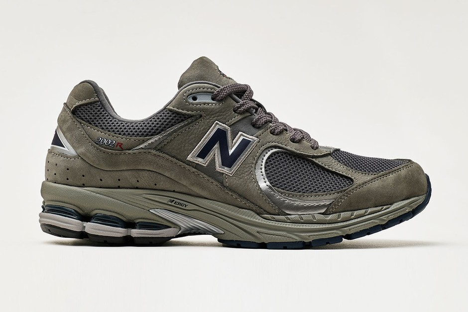 """New Balance Revives Its 2002 Model in """"Grey"""" and """"Black"""""""