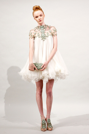 Google 画像検索結果: http://cocovogue.blog.ocn.ne.jp/blog/images/2011/01/07/marchesa_spring_2011_readytowear_co.jpg