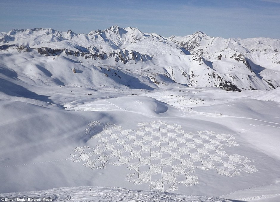 Simon Beck: Artist creates giant 'crop circles' in the snow by painstakingly walking around for 10 hours at a time | Mail Online