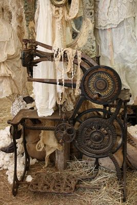 Vintage sewing machine owned by Magnolia Pearl.   Vintage beauty