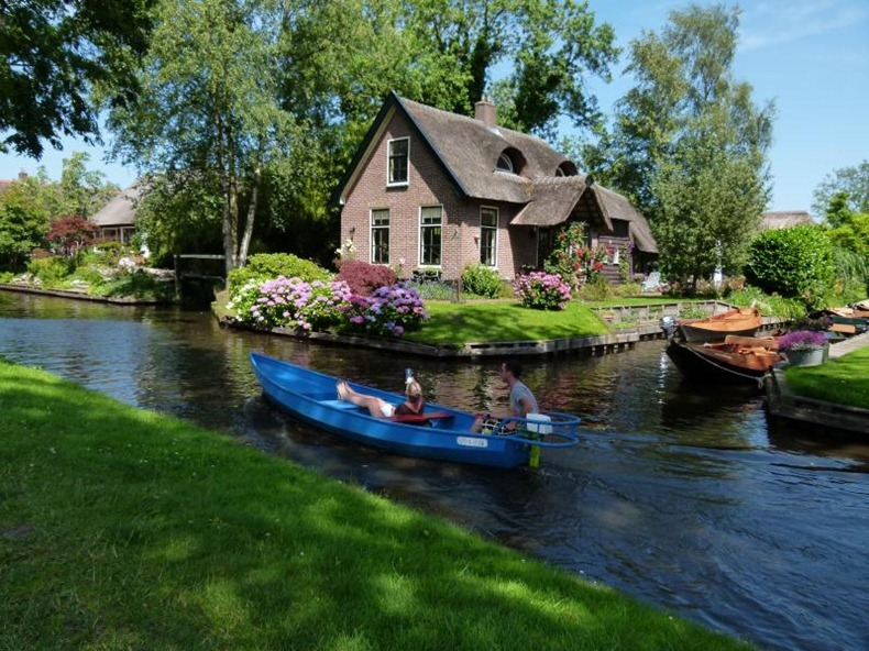 Giethoorn: The Village With No Roads | Amusing Planet