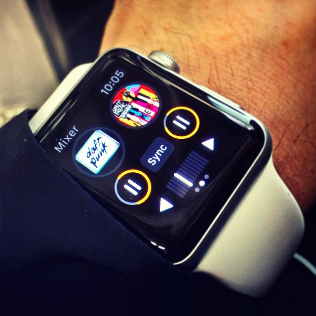 @visionclip - Instagram:「Apple Watch ( World's smallest DJ Mixer ) mix & play songs on two turntables. #Apple #AppleWatch #iPhone #dj #music」