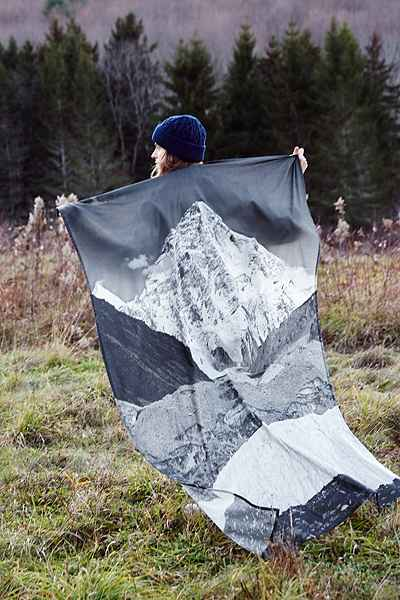 4040 Locust Layered Mountain Tapestry - Urban Outfitters