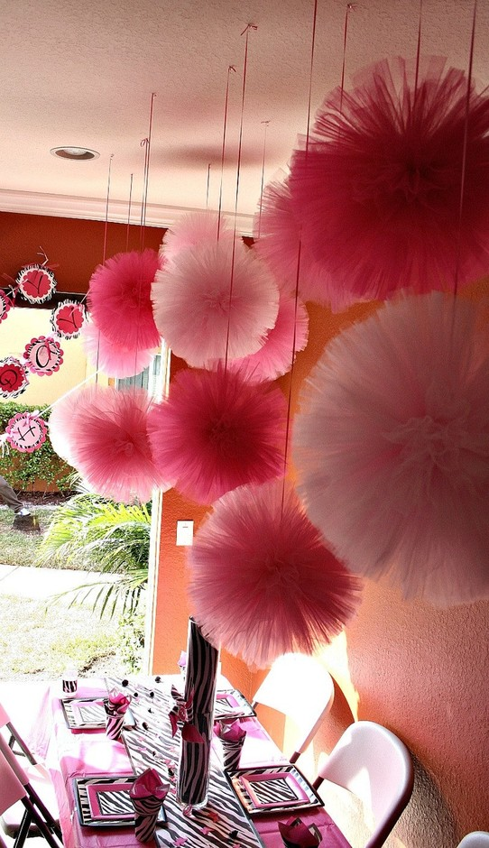 party room : Tulle pom poms....