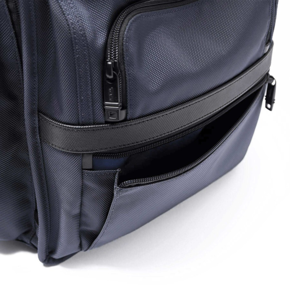 SOPH.   TUMI T-PASS BUSINESS CLASS BRIEF PACK(FREE NAVY):