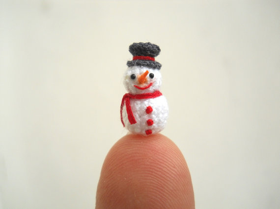 Etsy の Micro Snowman in Dome Pendant Miniature Crochet by SuAmi