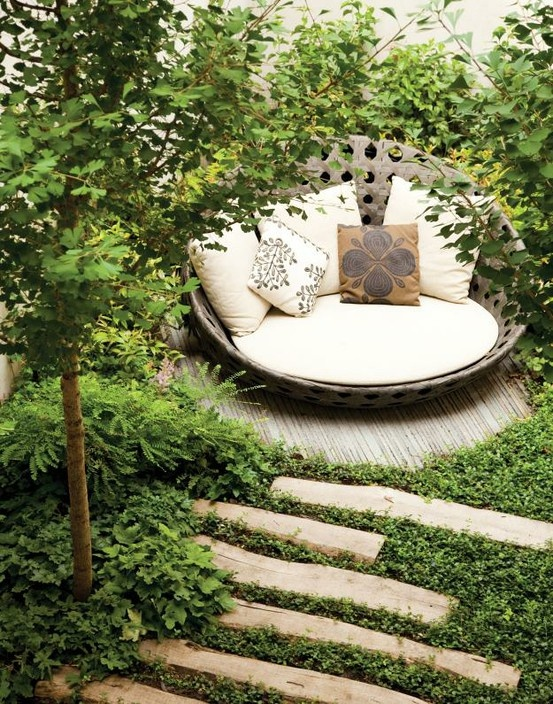 backyard hideaway. perfect for reading | Moving ouuut