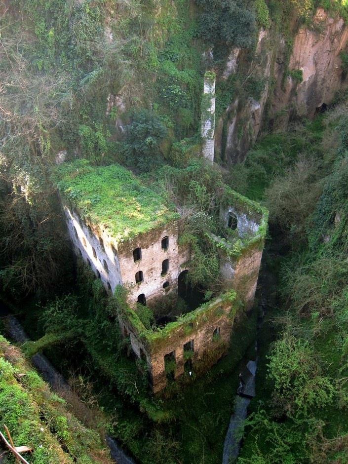 Abandoned-Mill-from-1866.-Sorrento-Italy.jpg 965×1,286 ピクセル