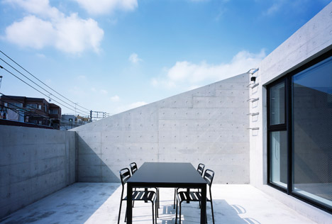 Apollo Architects specifies concrete and plastic for Frame house