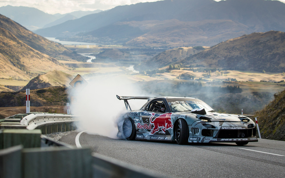 Mazda-RX-7-Red-Bull-drift-car-front-three-quarter-motion.jpg (JPEG 画像, 1500x938 px)