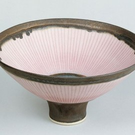 Lucie Rie - footed bowl, porcelain, bronze rim, pink inlay, matt glaze, 1980