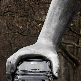 FIAT - 500  Lorenzo Quinn, Vroom vroom (2011) :: via Art Ruby