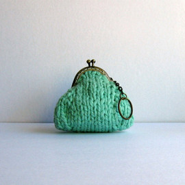 branda - coin purse: mint green with key chain - knitted in cotton yarn
