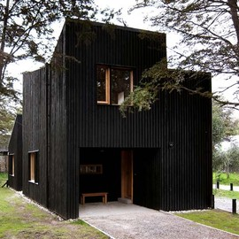 Estudio BaBO - Black-Painted Cypress House, Patagonia, Argentina