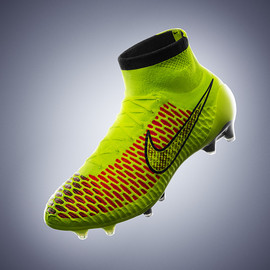 Nike - NIKE in football boot that fits like socks