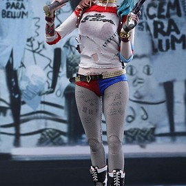 Hot Toys - SUICIDE SQUAD HARLEY QUINN 1/6TH SCALE COLLECTIBLE FIGURE