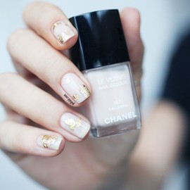 white&gold/CHANEL nails.