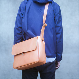 postalco - MAIL BAG  Understated full-grain leather