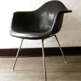 Herman Miller - Eames Arm Shell Chair  (Nauga Leather/Grayblack)