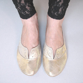 soft gold lether flat shoes.