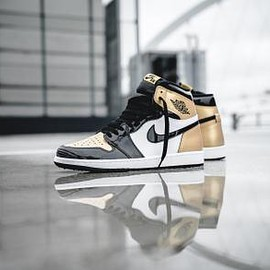 NIKE - NIKE AIR JORDAN 1 RETRO HIGH OG BLACK/BLACK/WHITE-METALLIC GOLD
