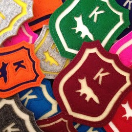 MAISON KITSUNÉ - olympialetan colourful K wool badges