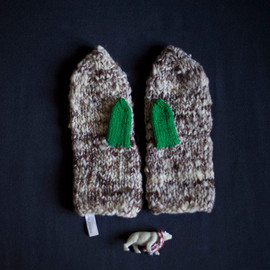 mosgos - Mittens knitted in grey with green thumbs