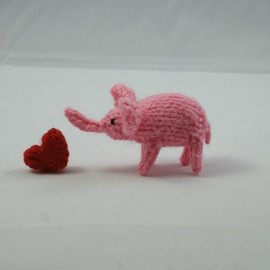 IroIrocrafts - Tiny knitted pink elephant with red heart