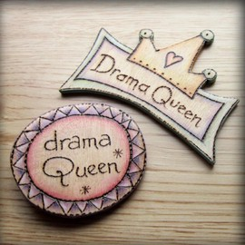 Luulla - Drama Queen wooden badge