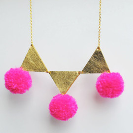 BenuShop - Handmade triangle and pom pom necklace in hot pink neon and gold leather / N17
