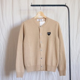 PLAY COMME des GARCONS - 紡毛ラムウール天竺カーディガン 黒エンブレム #top light camel