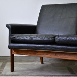 Finn Juhl - black 3-pers leather sofa. Rosewood frame, manufactured by France and Son 1960