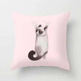 Society6 - Grumpy Hang by Tummeow クッション