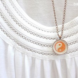 Luulla - Yin yang. Round copper necklace handprinted in red
