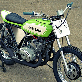 Kawasaki - The Mach Chicken: A smoking hot Kawasaki S1 flat tracker.
